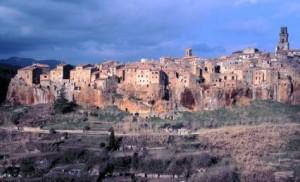 Häuser, die aus dem Fels zu wachsen scheinen: Pitigliano ist eine von drei bizarren Etruskerstädten im Süden der Toskana. Foto: Martin Schröer